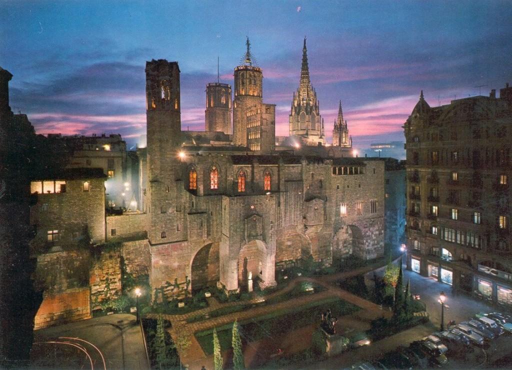 Historia de Barcelona: vista de la Plaza Ramón Berenguer III, muralla romana y Capilla Real en el Barrio Gótico.