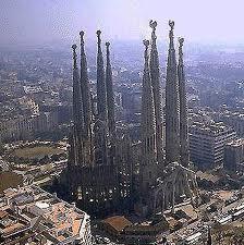 Imagen del Templo Expiatorio de la Sagrada Familia en el seno de la ciudad de Barcelona